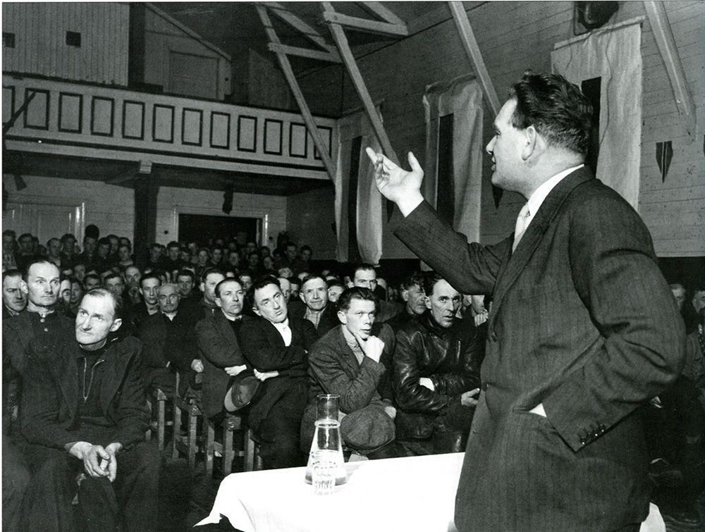 Carlsen foran forsamling